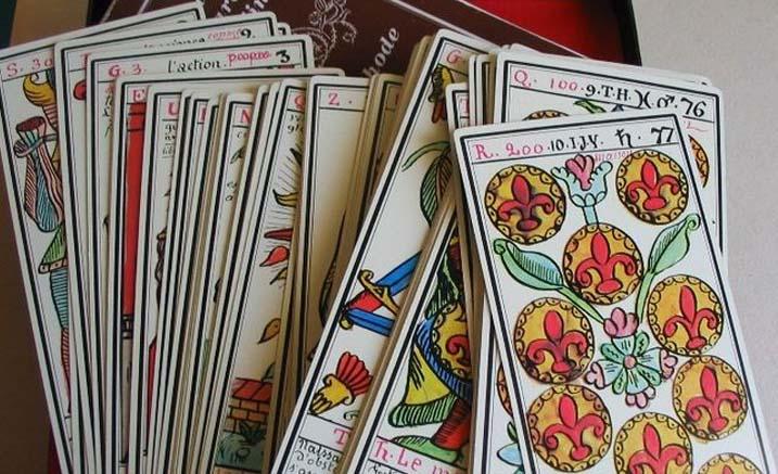 Se faire tirer les cartes par une astrologue professionnelle